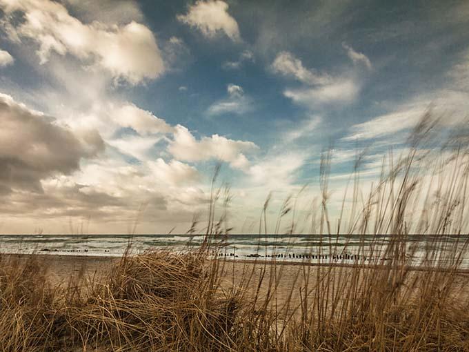 An der Ostseeküste an einem stürmischen Tag.